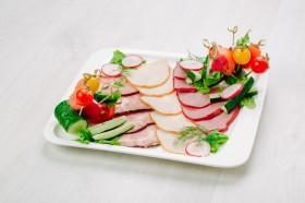 Мясные яства со свежими овощами
