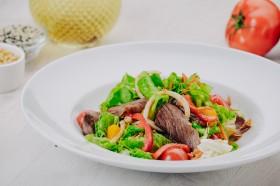 Салат с говядиной и кальмаром