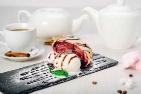 Штрудель вишневый с шариком мороженного