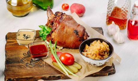 Свиная рулька запечённая под медово-горчичным соусом
